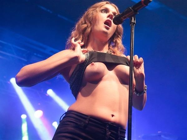 Tove Lo desnuda muestra tetas en concierto y video